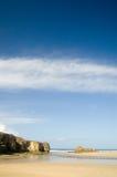 De klippen en de hemel van het strand Stock Afbeeldingen
