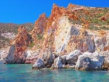 De klippen en de rotsvormingen van Polyaigos, een Eiland de Griekse Cycladen royalty-vrije stock afbeeldingen