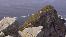 De klippen onder de Kaap van Goede Hoopvuurtoren stock video