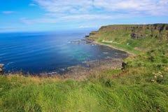 De Klippen van de Aantrekkelijkheid van de Toeristenbackpacking van Moher Ierland Scape stock foto's