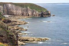 De klippen van Bretagne bij kust Stock Foto's