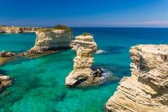 De klippen van Torresant Andrea, Salento-schiereiland, Apulia-gebied, Zuiden van Italië Stock Afbeelding