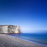 De klippenoriëntatiepunt van Etretataval en zijn strand. Nachtfotografie. Normandië, Frankrijk. stock afbeeldingen