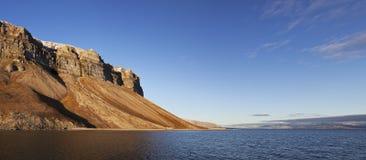 De klippenpanorama van Skansen, Svalbard, Noorwegen Stock Foto's