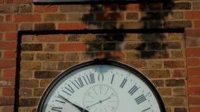 De klok bij het Koninklijke Waarnemingscentrum in Greenwich stock footage