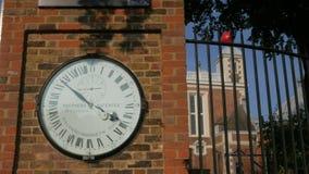 De klok bij het Koninklijke Waarnemingscentrum in Greenwich stock videobeelden