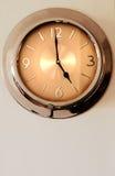 De klok die van de muur op 5 (vijf) wijst stock fotografie