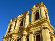 De klok en de kloktovers againstv blauwe hemel van de kerk stock foto's