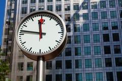 De klok en de wolkenkrabbers van Canary Wharf in het financiële centrum van Lo Royalty-vrije Stock Foto's