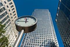 De klok en de wolkenkrabbers van Canary Wharf in het financiële centrum van Lo Stock Foto's