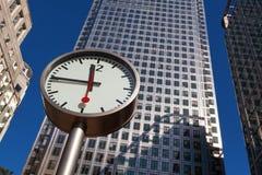 De klok en de wolkenkrabbers van Canary Wharf in het financiële centrum van Lo Royalty-vrije Stock Afbeeldingen