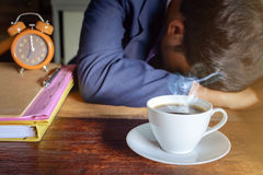 de klok en het werk van de koffiekop aangaande lijst Stock Fotografie