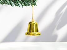 De klok hangt op Kerstboom Stock Foto's