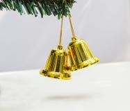 De klok hangt op Kerstboom Stock Afbeeldingen