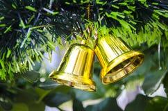 De klok hangt op Kerstboom Royalty-vrije Stock Foto's