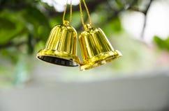 De klok hangt op Kerstboom Royalty-vrije Stock Afbeeldingen