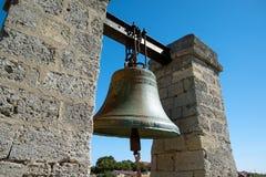 De klok hangt tussen twee kolommen Royalty-vrije Stock Afbeelding