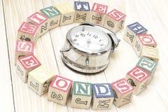 De klok met houten kubussen op de houten uren van lijstwoorden, notulen, seconden koelt Royalty-vrije Stock Foto