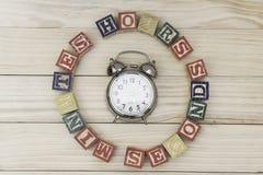 De klok met houten kubussen op de houten uren van lijstwoorden, notulen, seconden koelt stock fotografie