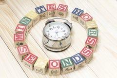 De klok met houten kubussen op de houten uren van lijstwoorden, notulen, seconden koelt Royalty-vrije Stock Foto's