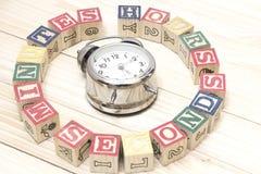 De klok met houten kubussen op de houten uren van lijstwoorden, notulen, seconden koelt Royalty-vrije Stock Afbeelding
