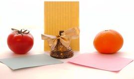 De klok neemt nota van verschillende groentenvruchten vele voorwerpen Stock Fotografie