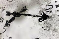 De klok op openlucht met sneeuw wordt behandeld die Royalty-vrije Stock Foto