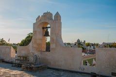 De klok op de wachttoren in San Francisco de Campeche, Mexico Mening van de vestingsmuren stock foto's