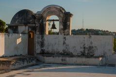 De klok op de wachttoren in San Francisco de Campeche, Mexico Mening van de vestingsmuren stock afbeeldingen