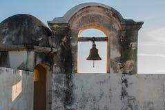 De klok op de wachttoren in San Francisco de Campeche, Mexico Mening van de vestingsmuren royalty-vrije stock foto's