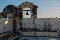 De klok op de wachttoren in San Francisco de Campeche, Mexico Mening van de vestingsmuren stock foto