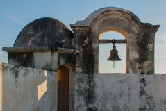 De klok op de wachttoren in San Francisco de Campeche, Mexico Mening van de vestingsmuren royalty-vrije stock foto