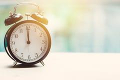 de klok retro klok van 12 o ` bij het zwembad Royalty-vrije Stock Foto