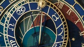 De klok van achtergrond Praag close-up stock foto's