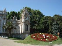 De klok van bloemen in Dolmabahce paleis, Istanboel Royalty-vrije Stock Afbeeldingen