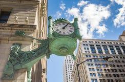 De Klok van Chicago Marshall Field binnen de stad in Stock Afbeelding
