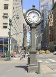 De Klok van de gietijzerstoep op 5de Weg NYC Stock Foto