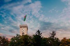 De klok van de het kasteeltoren van Ljubljana in zonsondergang Stock Fotografie
