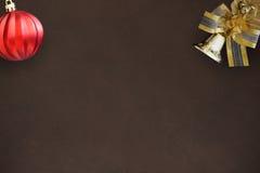 De klok van de Kerstmisdecoratie met een boog en rode golvende bal op donkere achtergrond Royalty-vrije Stock Foto