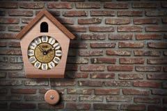 De Klok van de koekoek op muur. Stock Foto