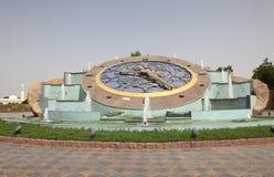 De klok van de rotonde in Al Ain stock foto's