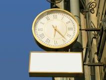 De klok van de straat met de lege reclameplaats royalty-vrije stock afbeelding