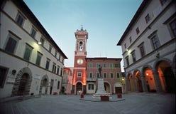 De klok van de toren bij een klein vierkant stock foto's