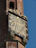 De klok van de zon op de toren Stock Foto's