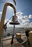 De klok van het brons op een lang schip Royalty-vrije Stock Afbeelding