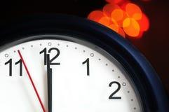 De klok van het bureau ongeveer om middernacht te tonen Stock Foto