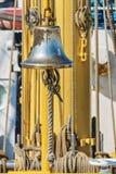 De klok van het messingsschip aan boord van een varend schip Royalty-vrije Stock Foto