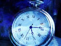 De klok van Kerstmis, pijnboomtak in blauw. Stock Foto's