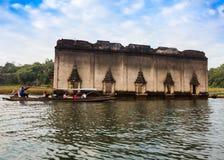 De klok van tempel onderwater in Mon-Dorp Sagklaburi Stock Foto