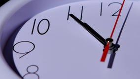 De klokclose-up van het tijdconcept op witte achtergrond stock footage